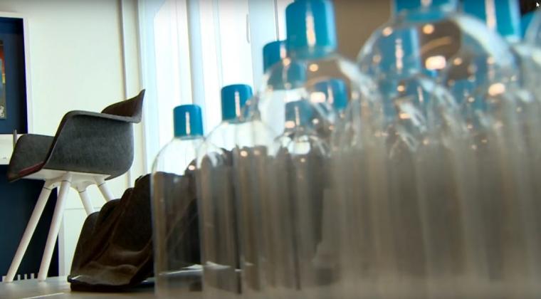 Amsterdams grachtenplastic wordt nieuw kantoormeubilair