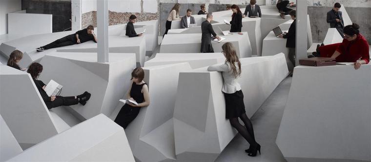 Werken in een kantoortuin zonder stoelen of bureaus
