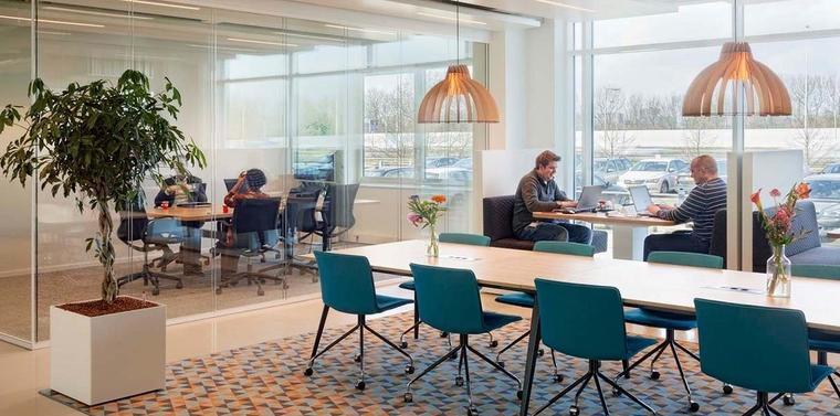 Werknemers in gerenoveerd MM25-kantoor kiezen eigen 'werkvlekken'