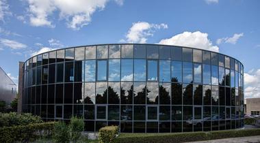 Een optimaal klimaat voor half rond glazen kantoorgebouw