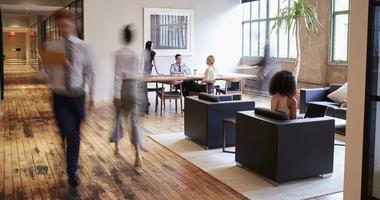 Hoteling, hot-desking, flexibele zitplaatsen of flexplekken en het hybride kantoor
